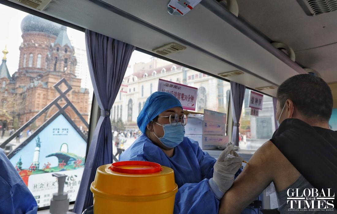 Các điểm tham quan ở Cáp Nhĩ Tân có bố trí xe tiêm chủng để thực hiện tiêm vaccine Covid-19 cho cả du khách và người dân, đảm bảo kiểm soát đại dịch trong kỳ lễ.Công tác tiêm phòng hàng loạt ở các thành phố lớn nhất Trung Quốc cũng thúc đẩy người dân tự tin đi du lịch. Nie Wen, một nhà kinh tế tại Hwabao Trust, nói với Reuters rằng có thể có 300 triệu khách du lịch, bao gồm cả khách du lịch và những người không thể về thăm gia đình trước đây. Ảnh: Li Hao/Global Times
