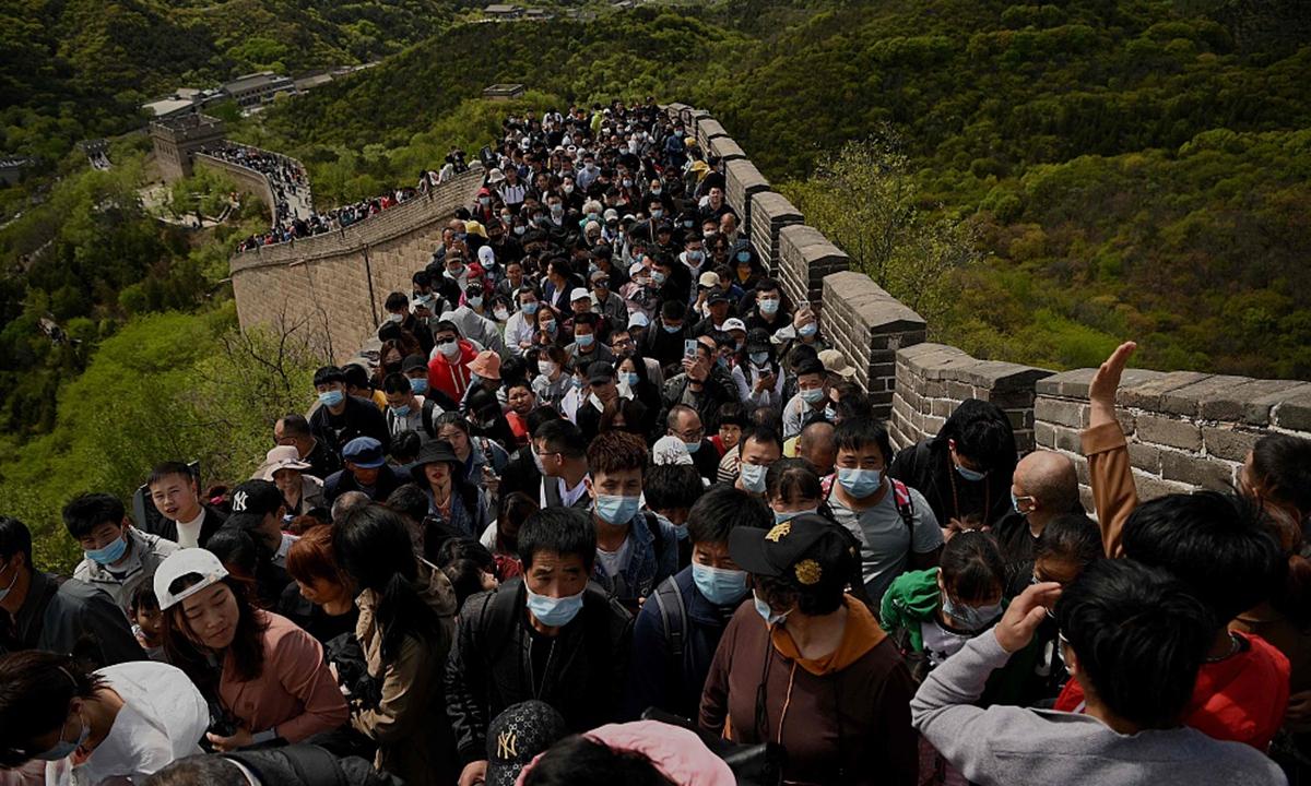 Hàng triệu người đã bỏ lỡ cơ hội đi du lịch và về quê trong kỳ nghỉ Tết Nguyên đán dài một tuần hồi tháng 2, khi các nhà chức trách kêu gọi hạn chế đi lại để giảm thiểu nguy cơ lây nhiễm. Do đó khi Covid-19 được kiểm soát tốt, giới chức dự đoán lượng khách du lịch có thể đạt mức cao kỷ lục trong tháng 5. Ngày 1/5, ngày đầu kỳ nghỉ 5 ngày Quốc tế Lao động ở Trung Quốc, Ban quản lý đoạn trường thành Bát Đạt Lĩnh thuộc Vạn Lý Trường Thành thông báo lượng đặt vé trực tuyến cho ngày 2 và 3/5 đạt 48.750, mức giới hạn theo yêu cầu kiểm soát dịch bệnh. Ảnh: VCG