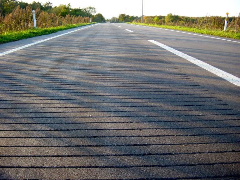 Con đường với những rãnh nhỏ, khi ô tô đi qua sẽ tự động tạo ra một giai điệu. Ảnh: Yusuke Japan Blog
