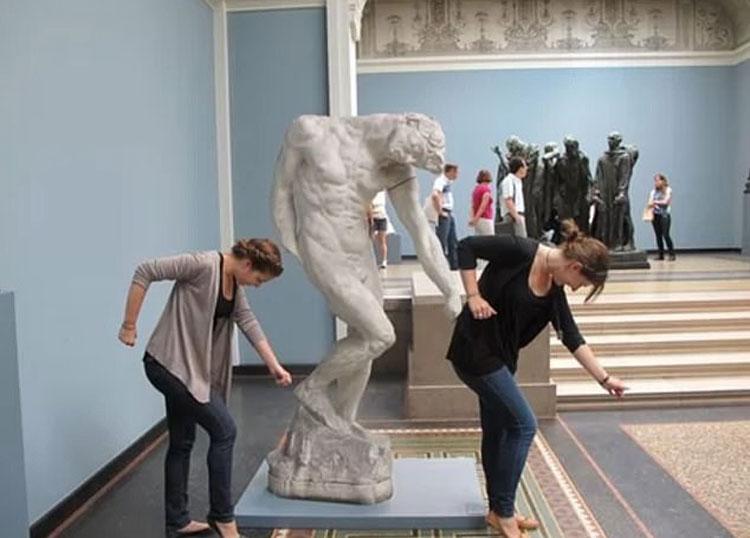 Bức ảnh này được chụp tại bảo tàng Ny Carlsberg Glyptotek ở Copenhagen, Đan Mạch. Hai nữ du khách đang tạo dáng cùng bức tượng, và họ cùng thực hiện một điệu nhảy trong ca khúc Single Ladies của Beyonce. Ảnh: Imgur