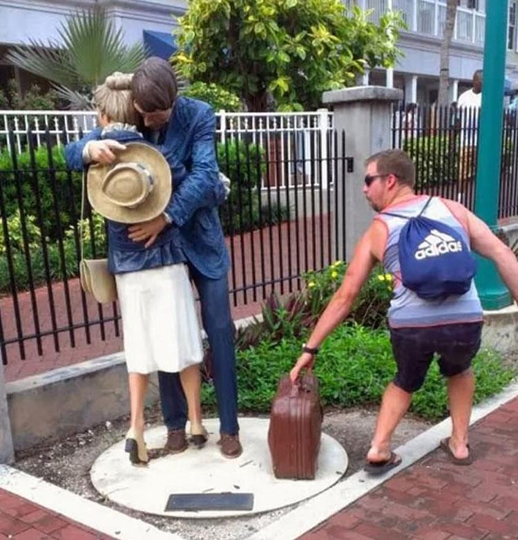 Một du khách giả vờ lấy trộm chiếc vali từ bức tượng được đặt trước Bảo tàng Lịch sử và Nghệ thuật Key West ở Florida. Ảnh: Imgur