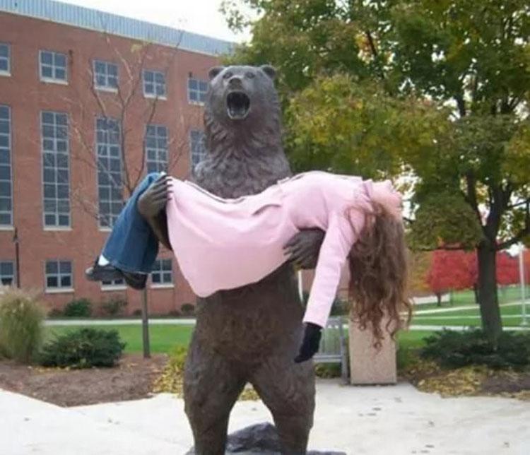 Nữ du khách nằm ngủ trong vòng tay của một con gấu tại Mỹ. Ảnh: Imgur