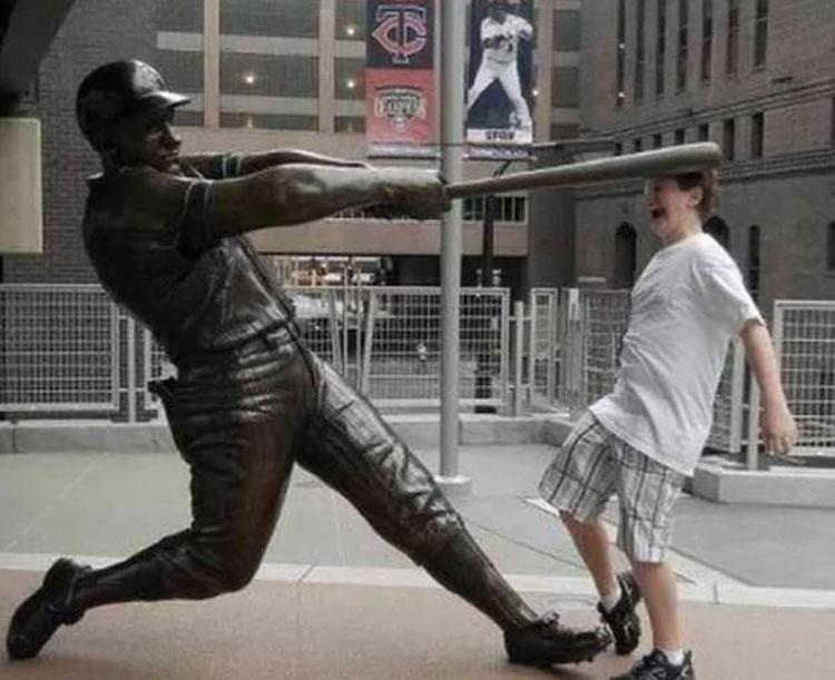 Một du khách tạo dáng bên bức tượng của cầu thủ bóng chày Harmon Killebrew ở Minneapolis, Mỹ. Ảnh: Imgur