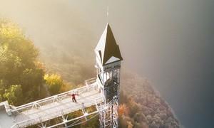 Thang máy hơn 100 tuổi phóng lên 'thiên đường'