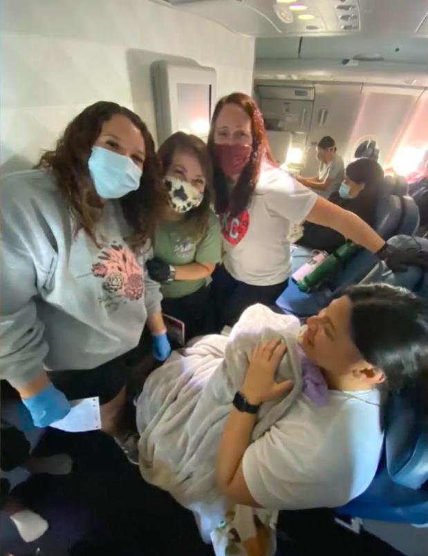 Ba y tá hỗ trợ Lavinia sinh con trên máy bay. Ảnh: Fox 4