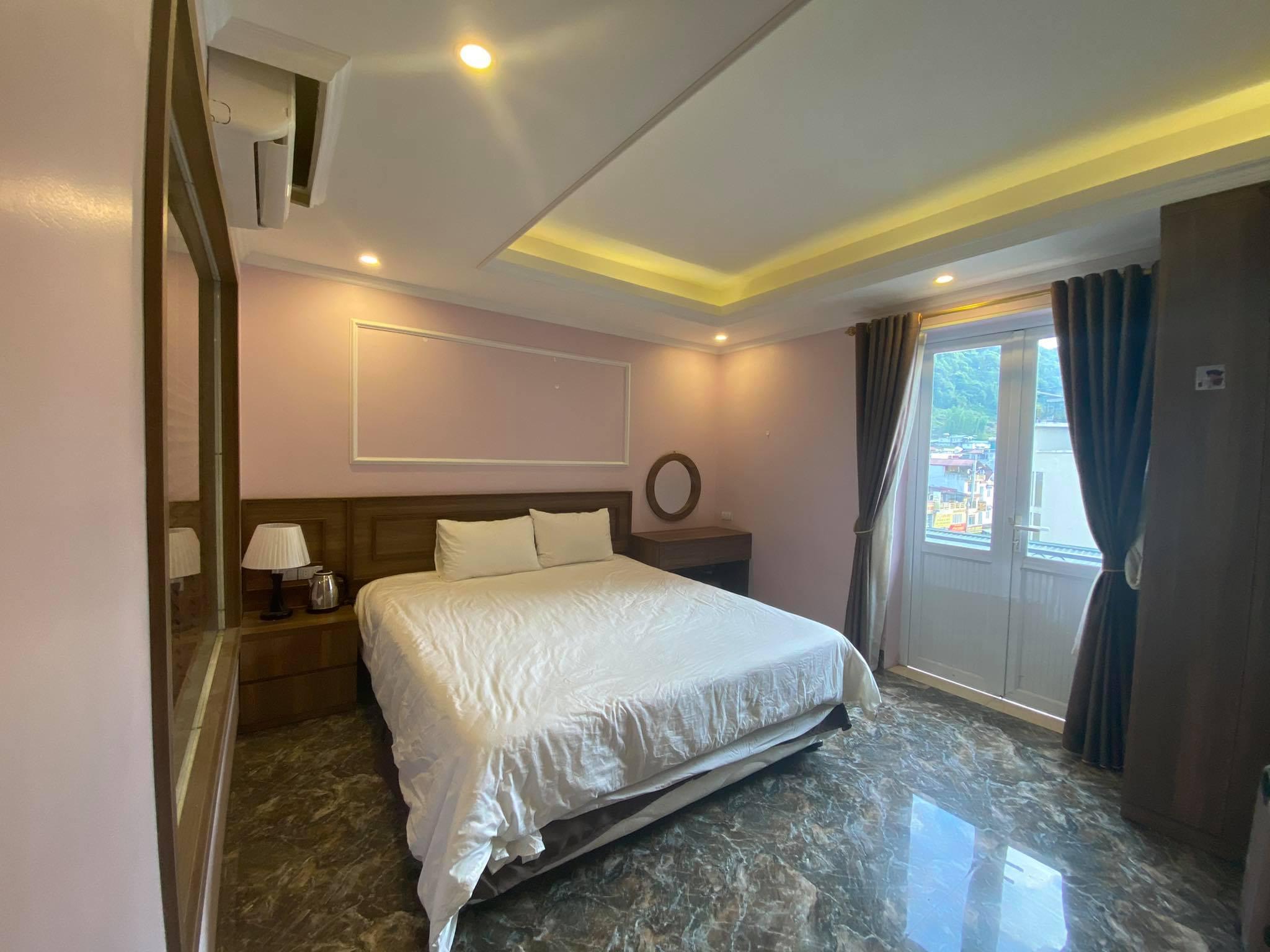 Chăn gối chưa được trải phẳng phiu trong phòng khách sạn Phan Khánh thuê. Ảnh: NVCC.