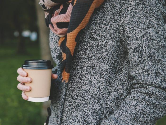 Bạn có thể thấy người Mỹ vừa đi bộ vừa cầm theo những cốc cà phê lớn. Điều này khiến nhiều khách châu Âu bất ngờ, vì tại nước họ, cà phê hầu như được uống hết tại quán và họ không mang nó đi. Ảnh: Shutter stock