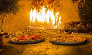 Pizza lạp xưởng H'Mong nướng lò ở Sa Pa