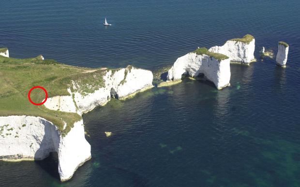 Nam du khách ngã từ vị trí được khoanh đỏ khi mải chụp ảnh sống ảo.  Old Harry Rocks, nằm trên bờ biển kỷ Jura - Di sản Thế giới được UNESCO công nhận của đảo Purbeck, Dorset, tây nam nước Anh. Ảnh: BNPS