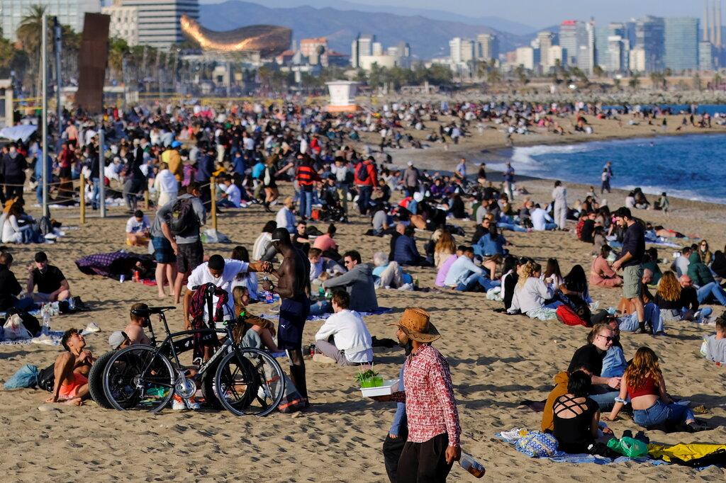 Bãi biển ở Tây Ban Nha đông nghịt người vào tháng 4. Ảnh: Nacho Doce/Reuters