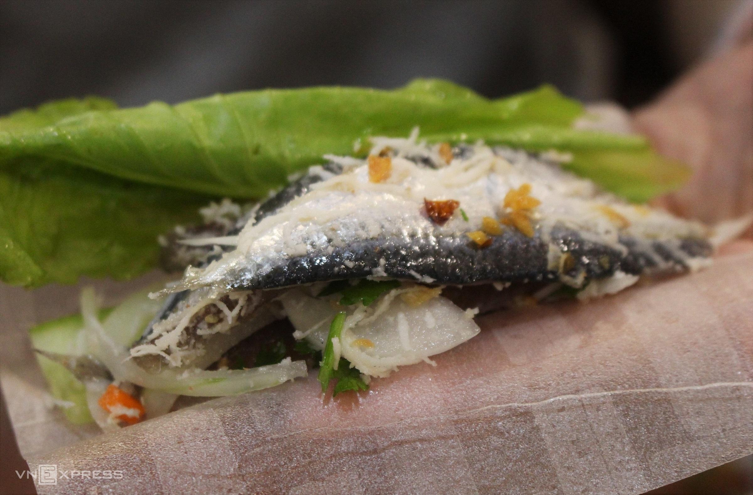 Cá trích được dùng làm gỏi có kích thước vừa phải, lớp da mỏng nên khi phi lê lấy thịt xong vẫn còn nguyên phần da. Ảnh: Huỳnh Nhi