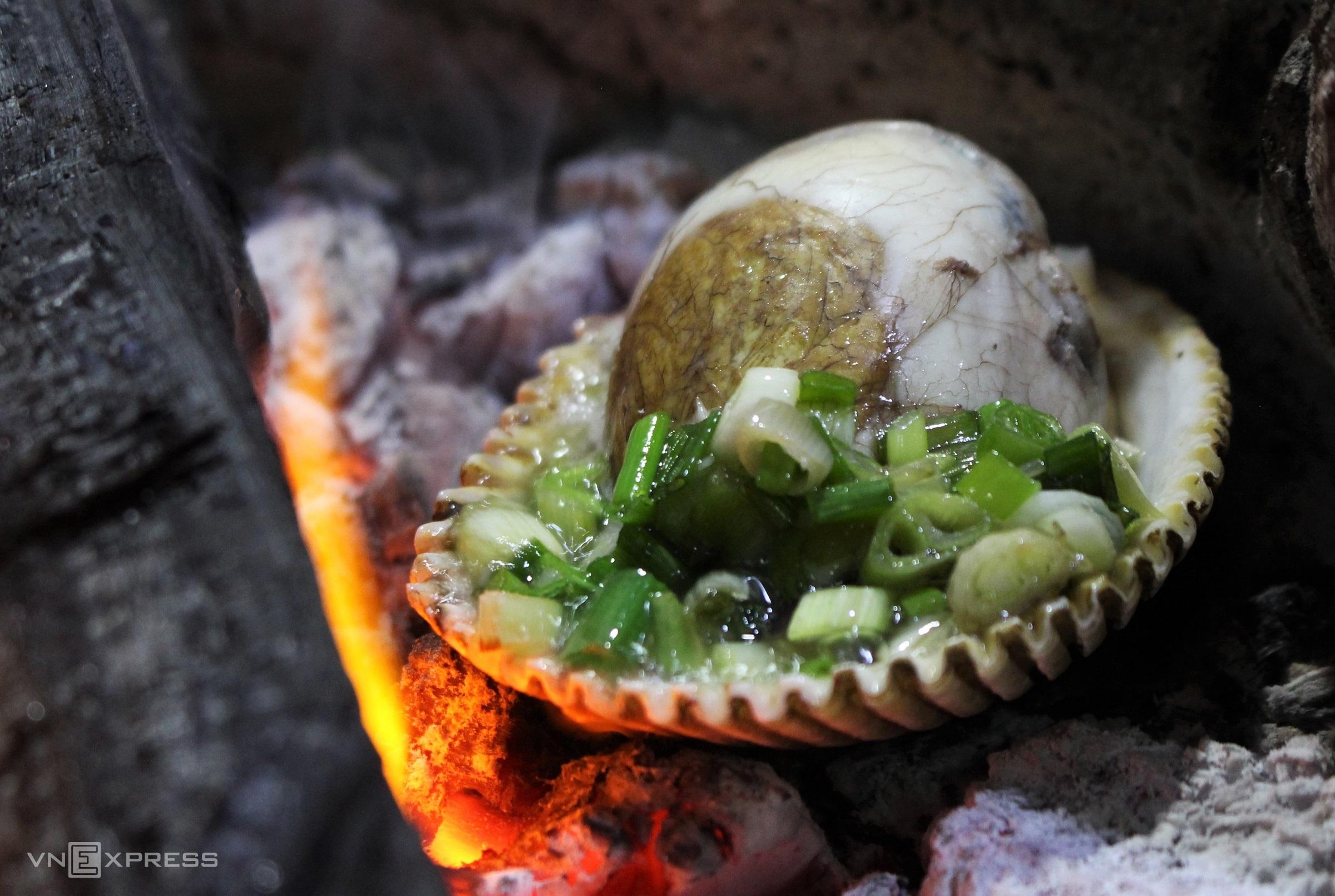 Hột vịt lộn là món ăn đêm quen thuộc với nhiều người, món được chế biến đa dạng như luộc nước dừa, rang me hay nướng trên lửa than hồng. Trứng vịt lộn trước khi nướng được luộc chín, khách gọi chủ quán mới bóc vỏ, bỏ vào vỏ sò lớn cho lên bếp than, thêm mỡ hành lên nướng đến khi phần vỏ sò cháy xém, ngậy mùi thơm thì cho đậu phộng rang vàng đâm nhuyễn phủ lên trên.