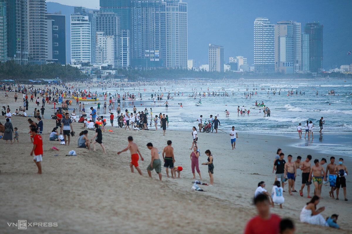 Đà Nẵng tạm dừng các hoạt động không thiết yếu, bao gồm tắm biển từ 0h ngày 4/5. Ảnh: Nguyễn Đông.