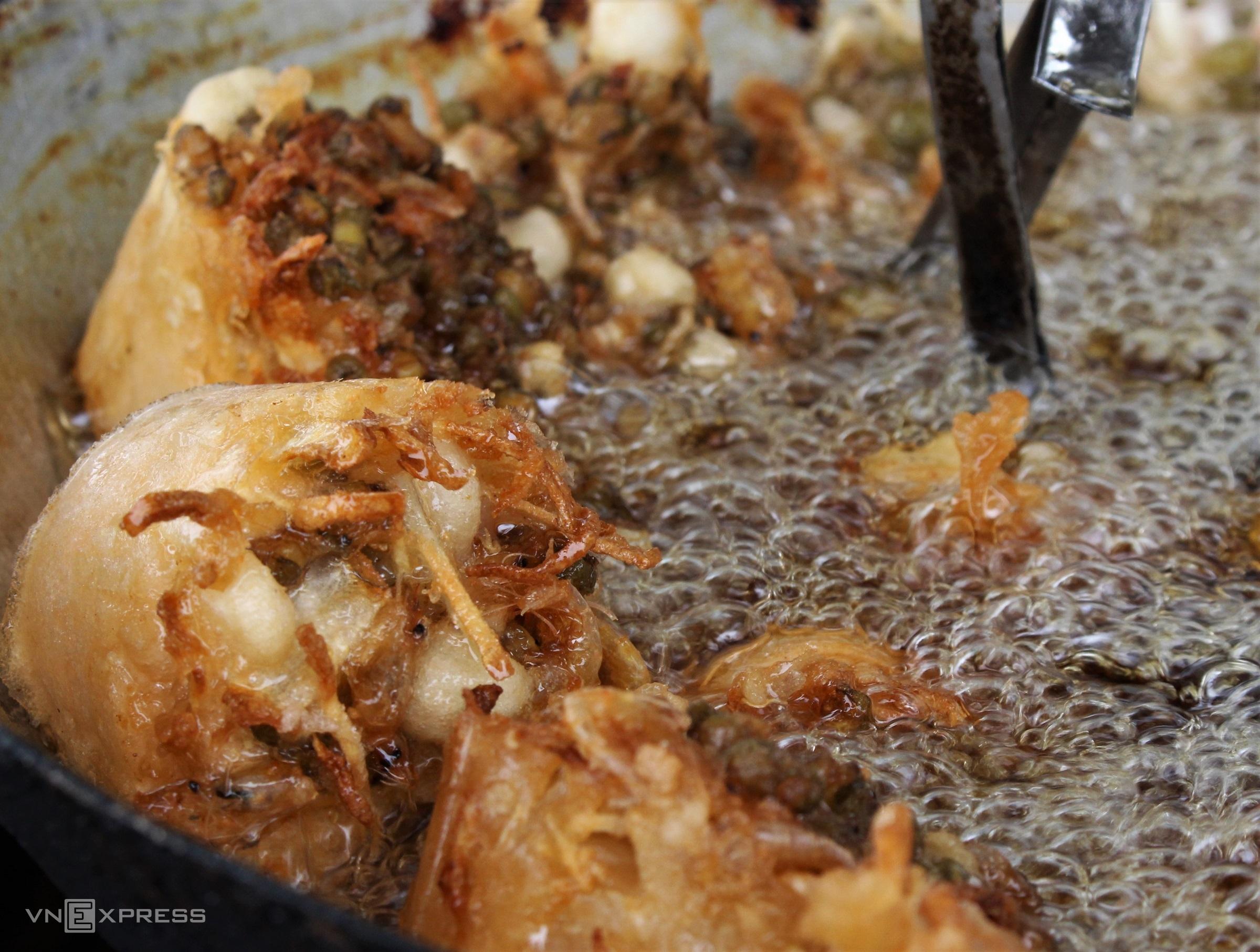 Bánh cống bắt nguồn từ tên dụng cụ làm bánh có khuôn nhỏ hình trụ, thân ngắn, phần đáy bịt kín để đựng bột cùng các nguyên liệu như đậu xanh nấu chín, củ sắn cắt nhỏ và tép trấu luộc chín. Bánh cống ở Hậu Giang có kích thước nhỏ, chiên trong chảo ngập dầu để có bề ngoài vàng rụm và chín phần bột bên trong.