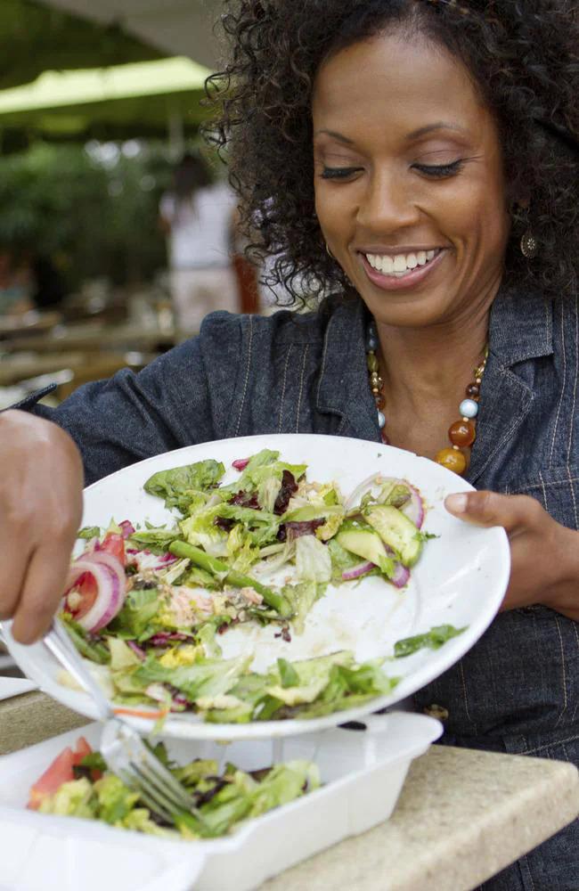 Đem thức ăn thừa về nhà: Người Mỹ không ngại yêu cầu bồi bàn lấy cho họ một chiếc hộp để đựng đồ thừa, mang về nhà ăn tiếp. Tại các quốc gia khác, ví dụ như Pháp, hành động này có thể bị đánh giá là kỳ lạ và thậm chí là thô lỗ. Ảnh: News