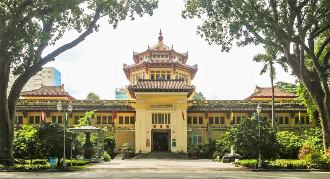 Bảo tàng lịch sử TP HCM nằm trên đường Nguyễn Bỉnh Khiêm, quận 1, TP HCM do người Pháp xây dựng vào năm 1929. Đây là bảo tàng đầu tiên ở Sài Gòn và cả miền Nam Việt Nam. Công trình do kiến trúc sư Pháp Delaval thiết kế và xây dựng, mang yếu tố truyền thống, bản địa kết hợp với kiến trúc châu Âu. Điểm nhấn của công trình là khối lầu bát giác ở trung tâm, là trục đối xứng cho 2 dãy nhà 2 bên. Lầu có 2 tầng với 16 mái được lợp ngói, từng cạnh có các đầu đao cách điệu hình rồng, trên đỉnh đặt 4 quả cầu nhỏ dần chồng lên nhau. Ảnh: Quỳnh Trần