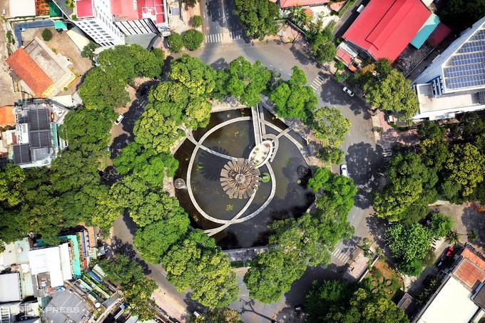 Hồ Con Rùa có tên chính thức là Công trường Quốc tế, là nút giao của các tuyến đường Phạm Ngọc Thạch, Trần Cao Vân và Võ Văn Tần ở quận 3, TP HCM. Thời điểm xây Hồ Con Rùa chưa được xác định chính xác, song một số tài liệu cho là nó được xây năm 1965-1967. Người thiết kế là kiến trúc sư Nguyễn Kỳ.  Trong những năm 1970 đến 1974, Hồ Con Rùa được chính quyền Việt Nam Cộng Hòa trùng tu và chỉnh trang gồm một vòng xoay giao thông với đường kính khoảng gần 100 mét, được trang trí bởi cây xanh và hồ phun nước hình bát giác lớn với 4 đường đi bộ xoắn ốc đồng hướng đến khu vực trung tâm và hình tượng con rùa bằng hợp kim đội trên lưng bia đá lớn. Do đó, mới có tên gọi dân gian là Hồ Con Rùa. Bên cạnh đó, nơi này gắn với giai thoại trấn yểm long mạch của tổng thống Việt Nam Cộng Hòa Nguyễn Văn Thiệu. Ảnh: Hữu Khoa