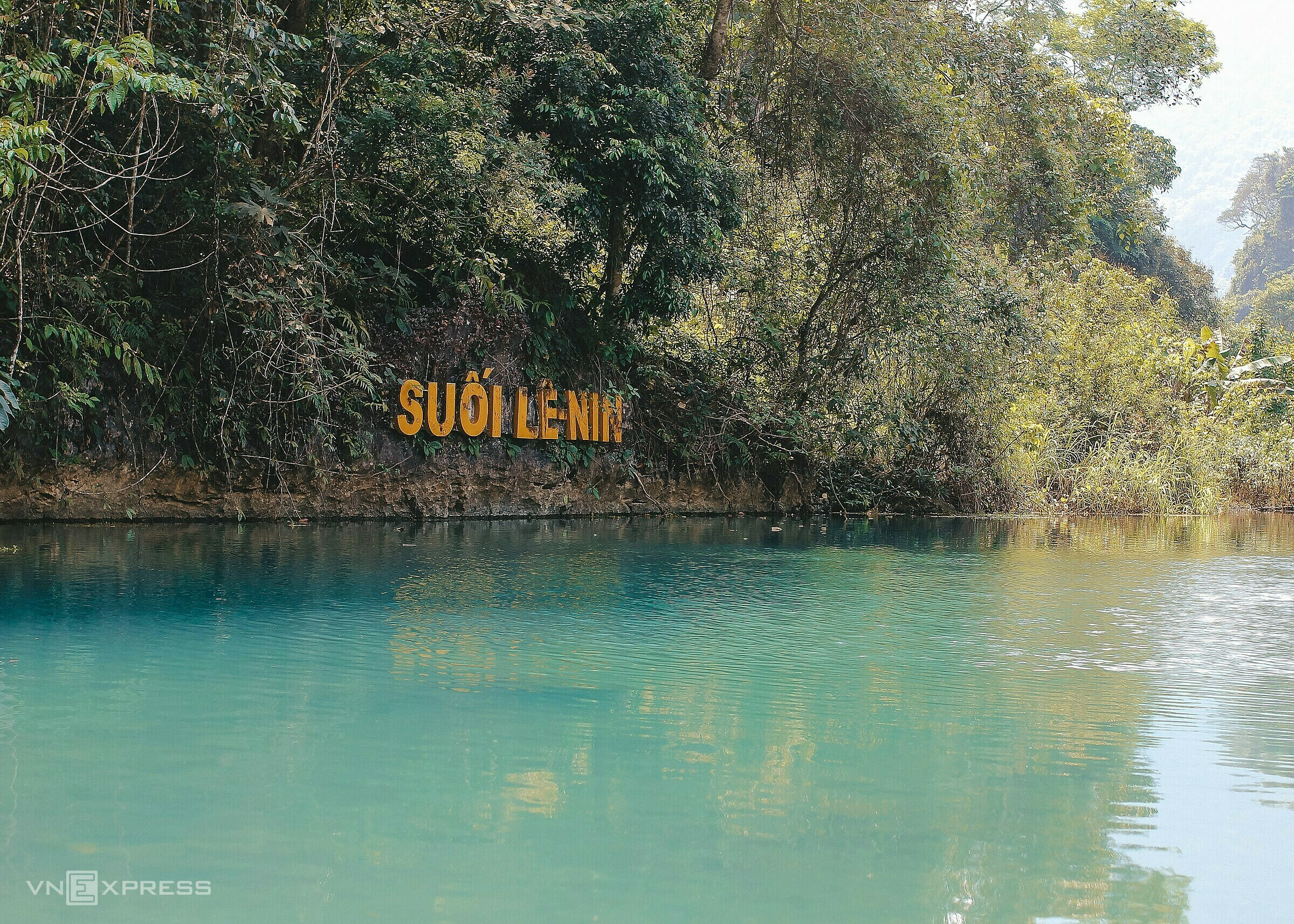 Dòng nước trong xanh chảy của suối Lê Nin. Ảnh: Minh Đức