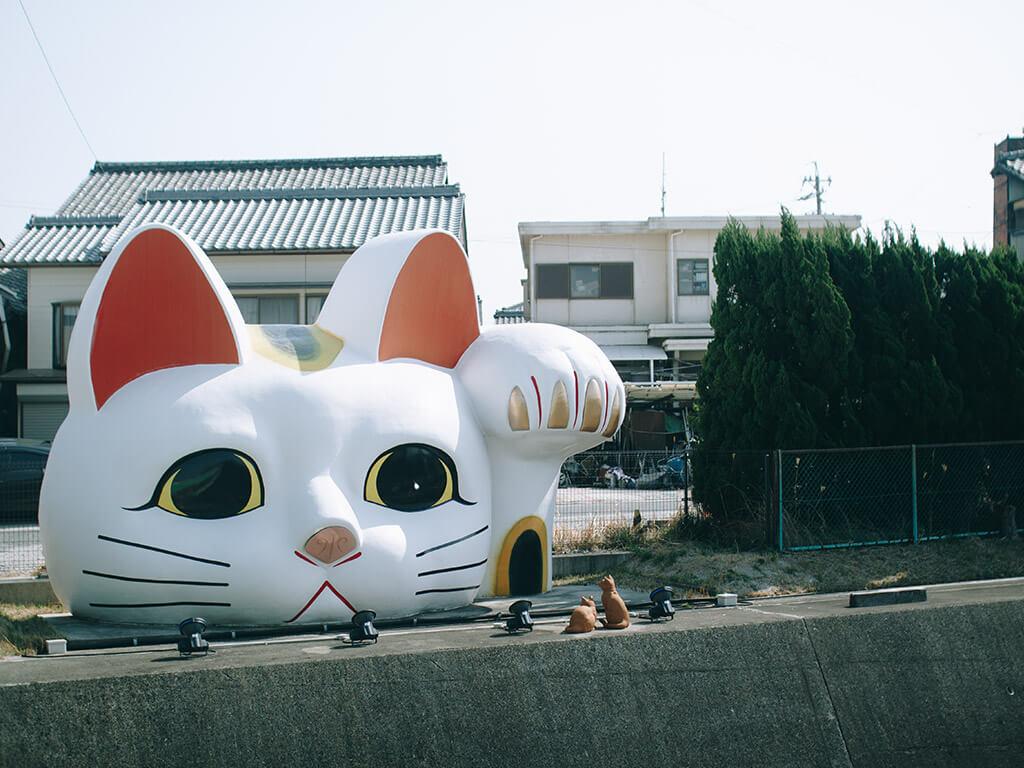 Đầu mèo thần tài khổng lồ được trang trí ở đầu đường Manekineko, quận Aichi, thành phố Tokoname. Ảnh: Nagoya is not boring