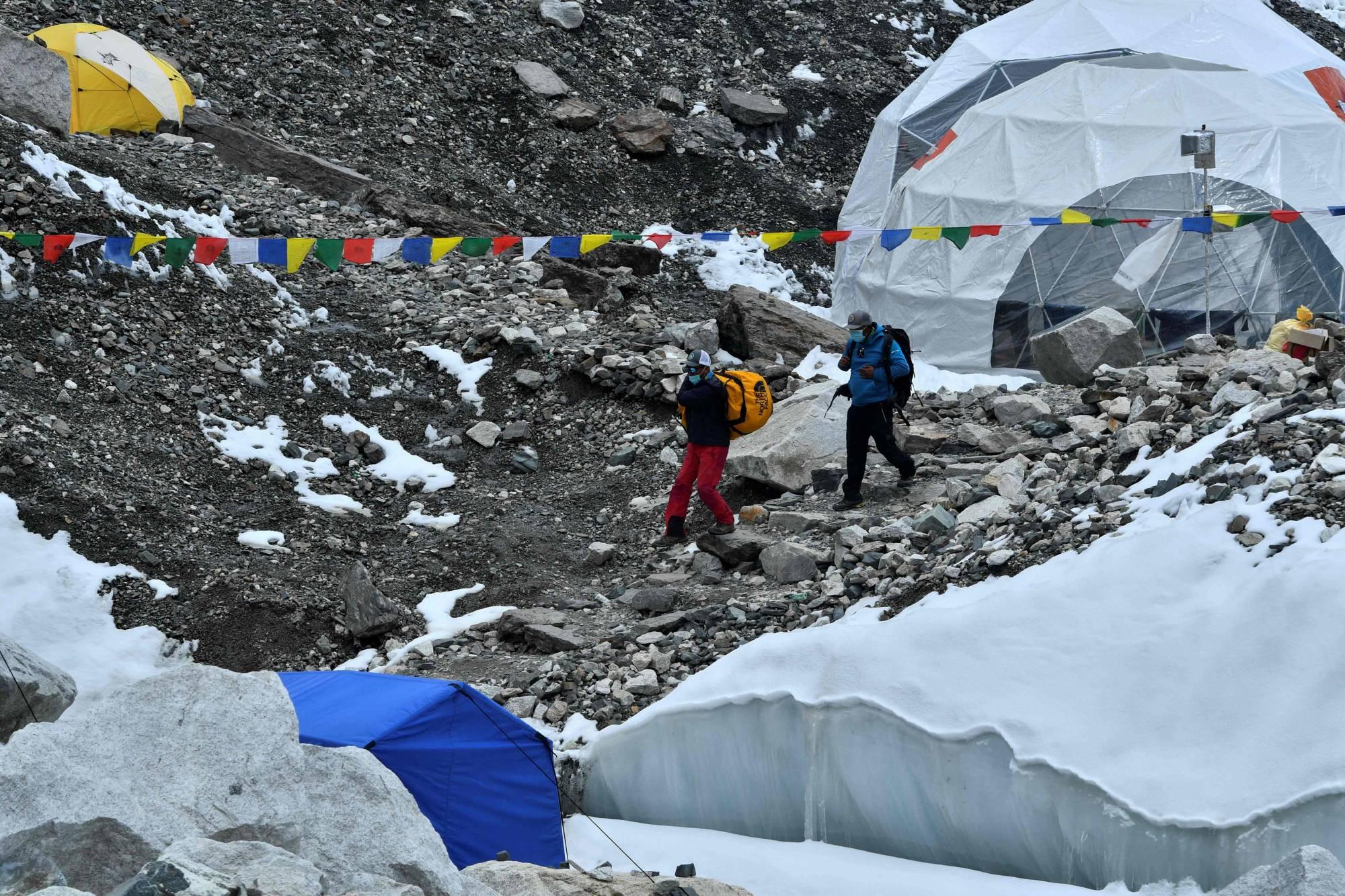 Một số thành viên đoàn leo núi Everest tại trạm dừng ngày 1/5. Ảnh: AFP-JiJi