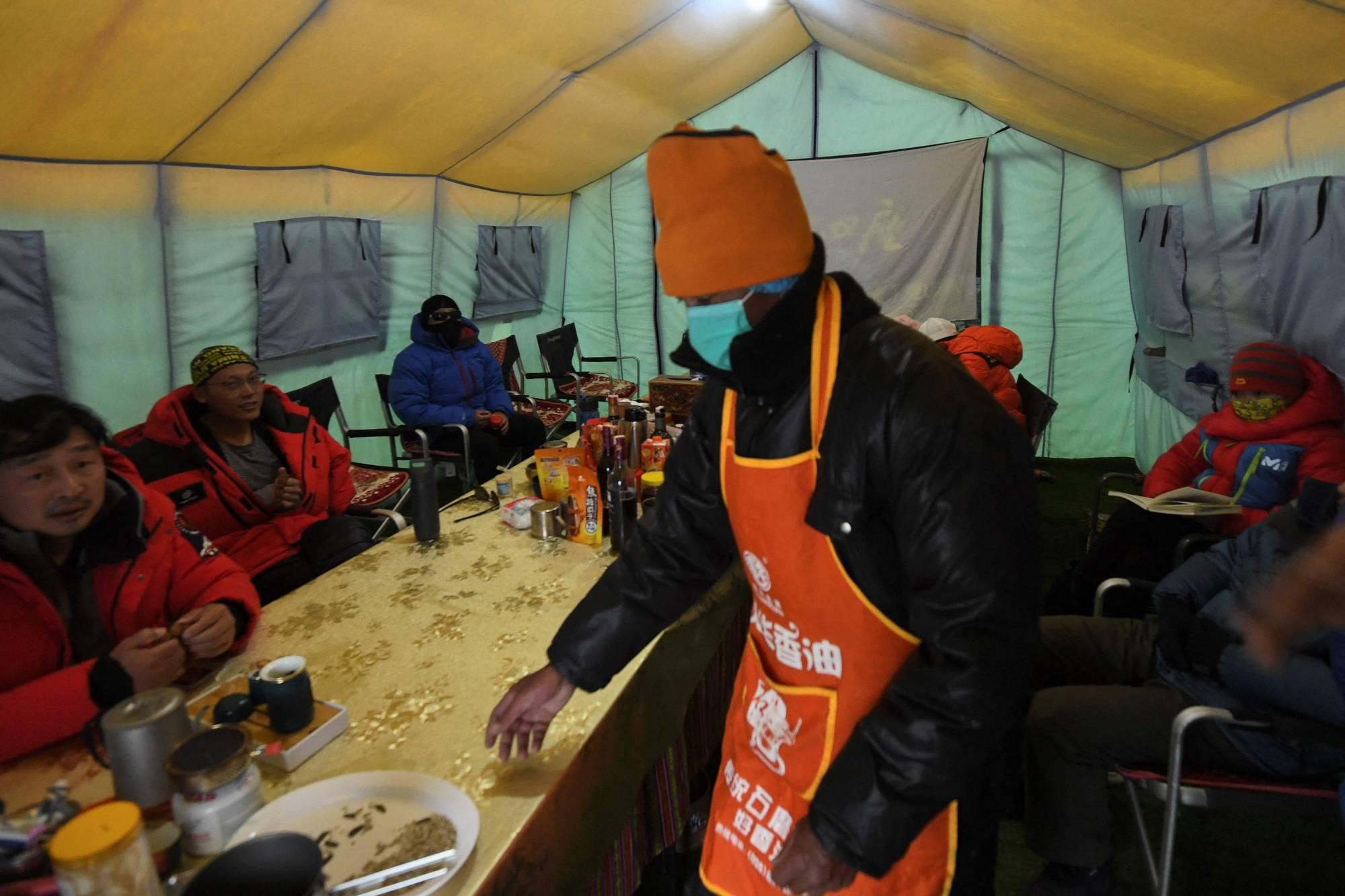 Trong nhà ăn của khu trại trên đường leo đỉnh núi cao nhất thế giới ngày 1/5. Ảnh: AFP-JiJi