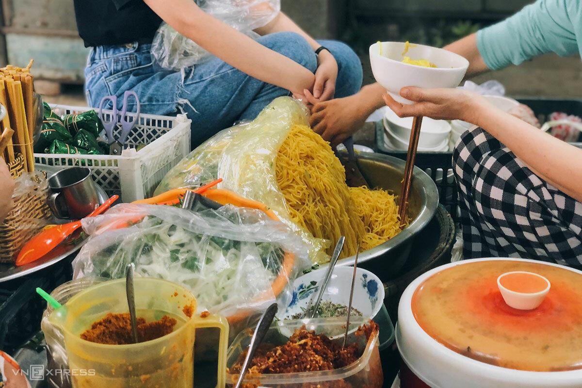 Du khách có thể tìm thấy những gánh hàng rong bán bún nghệ trước các cổng chợ Đông Ba, An Cựu, Bến Ngự... Ảnh: Ngân Bảo