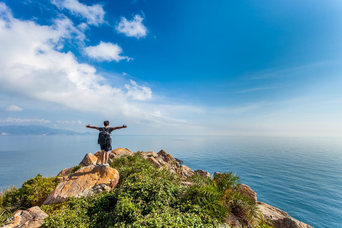Không quá đông đúc, náo nhiệt như nhiều điểm đến quen thuộc khác, Quy Nhơn mang một nét đẹp riêng của biển, nắng và gió. Nếu du khách muốn tìm cho mình những trải nghiệm mới mẻ, thú vị mà vẫn an toàn, Quy Nhơn chính là đáp án. Ảnh: Shuttershock.