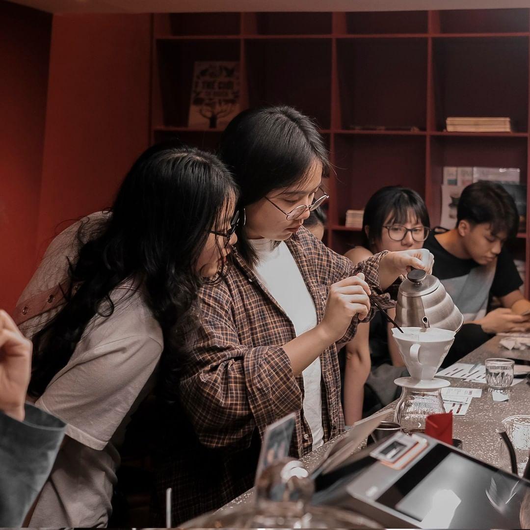 Để thưởng thức cà phê, thực khách sẽ phải chờ barista (người pha chế cà phê) thực hiện nhiều công đoạn từ chiết xuất cà phê, rót nước sôi chầm chậm vào ly, đợi từng giọt cà phê nhỏ xuống trong khoảng 20 phút. Một ngày cuối tuần không vội vã sẽ phù hợp để trải nghiệm tại những quán cà phê chờ ở Hà Nội.Acid8 Nằm ở 34 Hạ Hồi, Acid8 đem đến cho thực khách những loại hạt chất lượng hàng đầu từ nhiều vùng trồng cà phê ở Việt Nam và trên thế giới. Quán có phục vụ những loạt hạt đắt đỏ từ Costa Rica, Panama với số lượng giới hạn. Nếu muốn tìm hiểu kỹ hơn, thực khách có thể đăng ký những sự kiện trải nghiệm tự tay pha chế cà phê thủ công của quán. Ảnh: Acid8