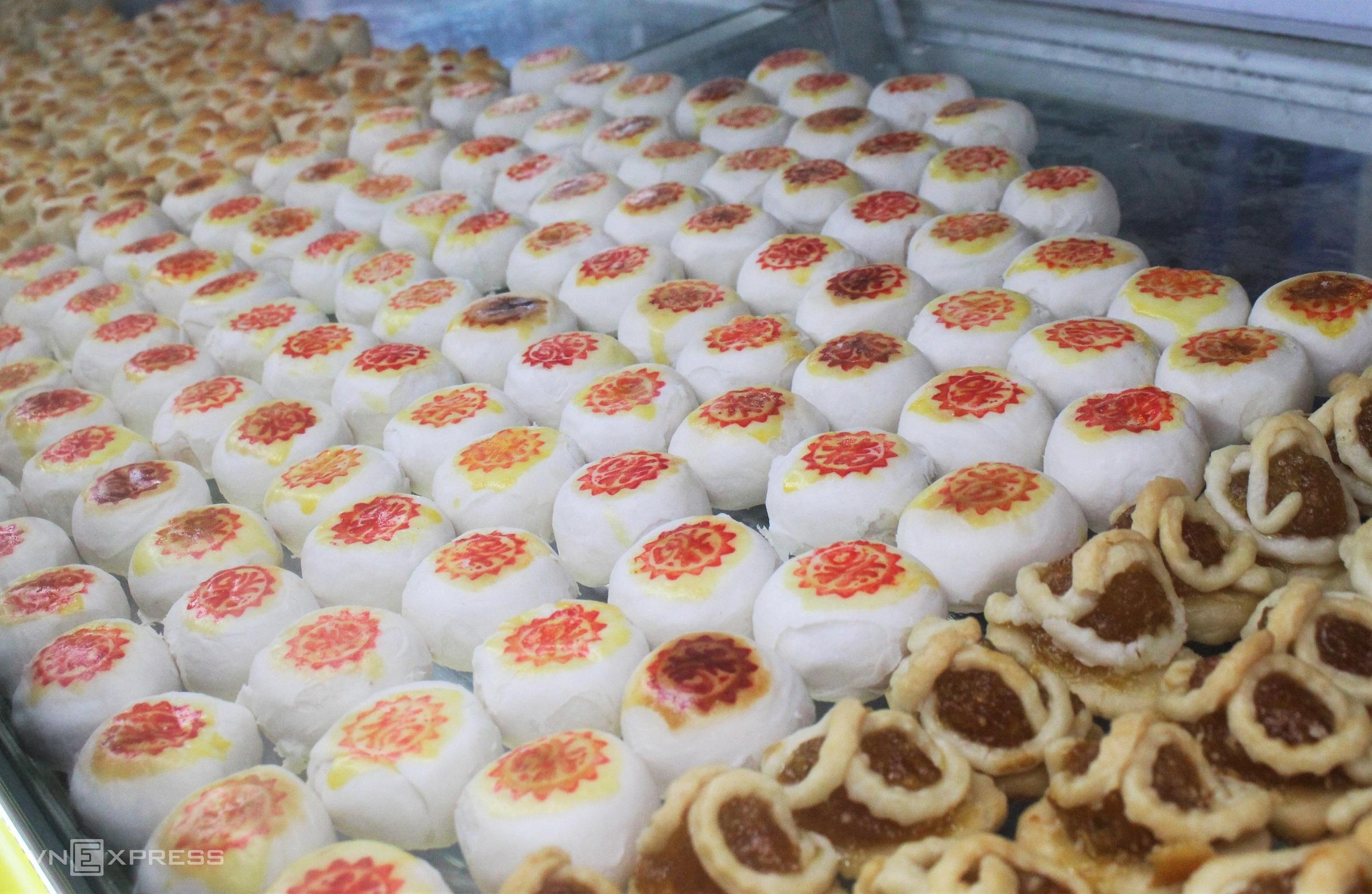 Bánh khéo nhỏ nhắn được làm từ bột mì với đủ hình dáng và các loại nhân như dừa, khoai môn, đậu xanh... Món bánh không chỉ gây thích mắt với du khách mà còn ít béo, ngọt thanh, dễ ăn với giá từ 30.000 đến 60.000 đồng/phần.