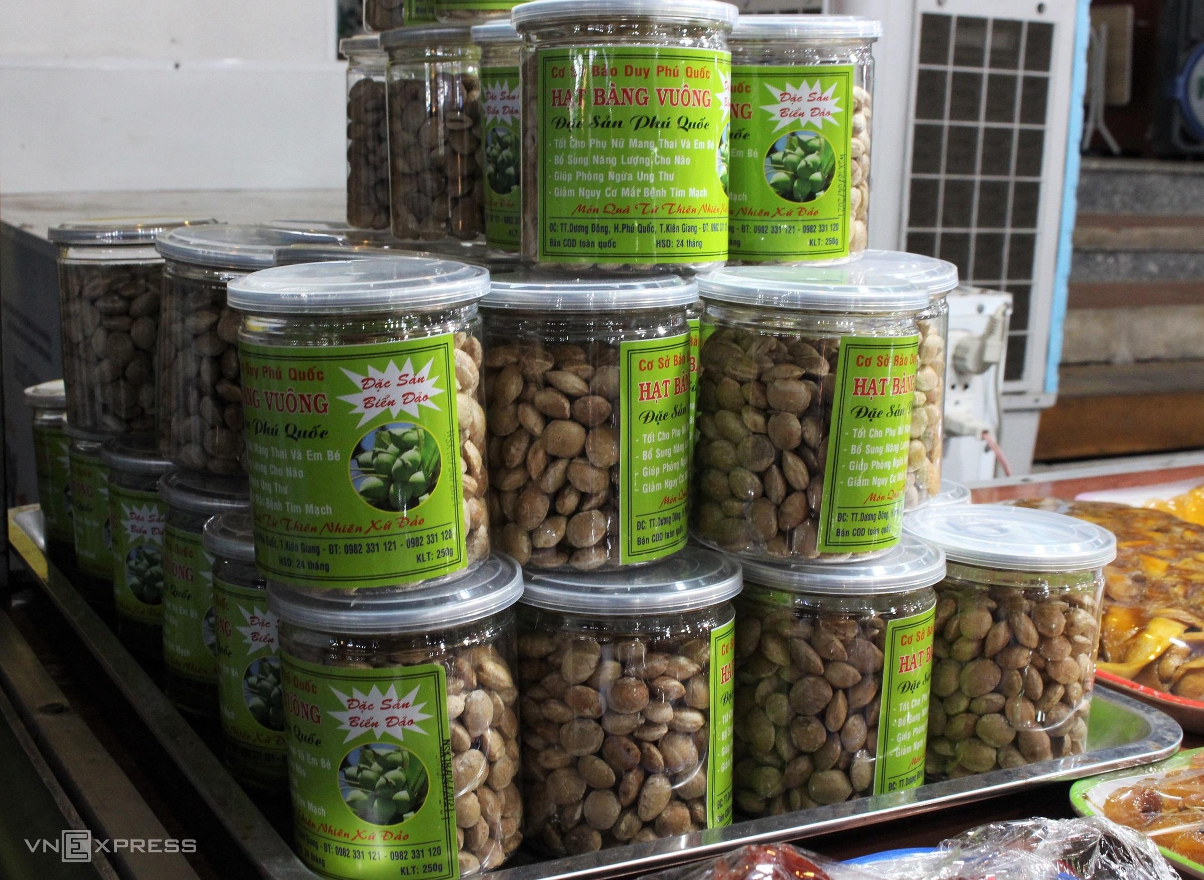 Dù không nổi tiếng như hạt bàng ở Côn Đảo nhưng Phú Quốc cũng có loại đặc sản này. Hạt bàng Phú Quốc được rang khô rồi đem đóng hộp, không thêm muối hay đường trong quá trình rang nên khi ăn vẫn còn nguyên vị bùi bùi, ngọt nhẹ của thức quà biển đảo.