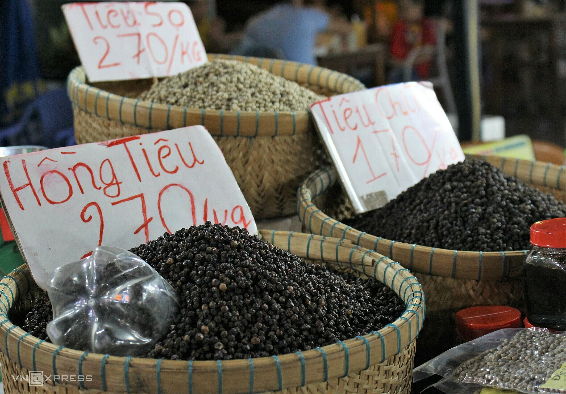Phú Quốc là nơi có diện tích trồng tiêu lớn nhất miền Tây nên còn được mệnh danh là Vương quốc hồ tiêu. Hai loại tiêu hiện được trồng nhiều trên đảo là tiêu giống Hà Tiên và Phú Quốc, có hạt mẩy, tròn và cay nồng, thơm ngon., thường được cho vào món ăn để át bớt mùi tanh của hải sản.