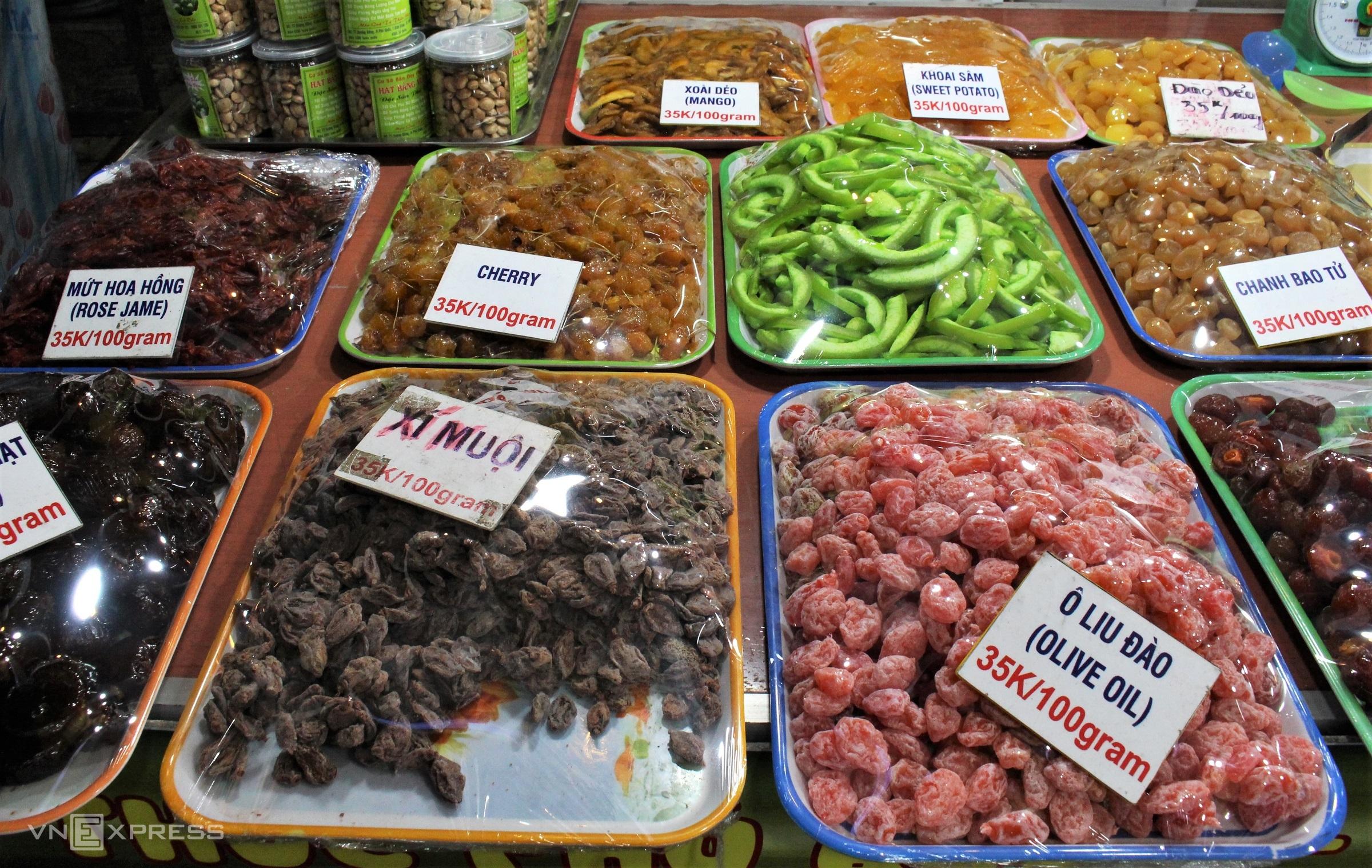 Tuy không đặc sắc như các loại đặc sản khác của Phú Quốc nhưng mứt trái cây cũng xuất hiện nhiều trong chợ đêm Phú Quốc, loại này thường được bán đồng giá 35.000 đồng/100 gram.
