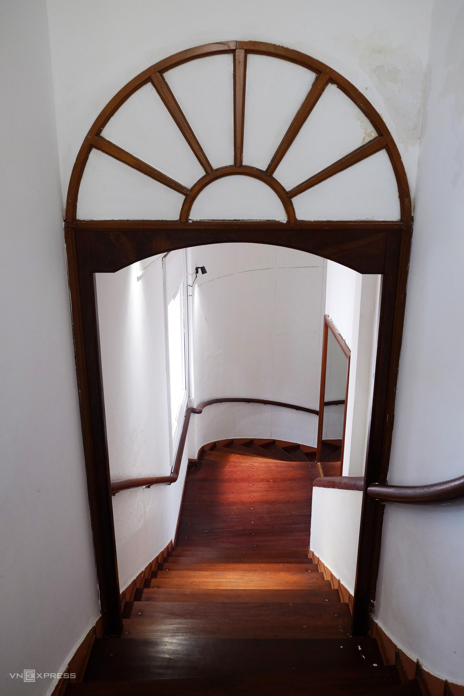 Cầu thang gỗ xoắn được bảo dưỡng thường xuyên nên còn rất đẹp và sử dụng tốt.