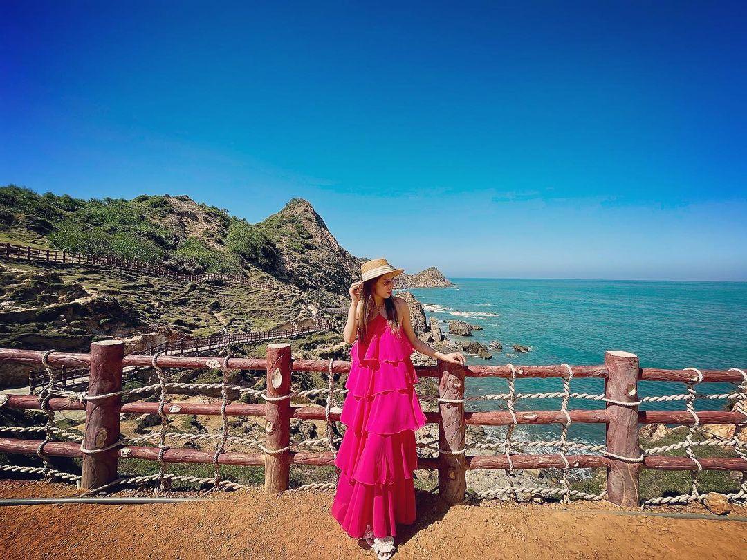 Thành phố thi ca được thiên nhiên ban tặng bờ biển ngập tràn ánh nắng, làn nước biển trong xanh và những thắng cảnh đẹp quên lối về. Đây là điều kiện thuận lợi để trải nghiệm các hoạt động như tham quan, lặn biển, hay du lịch chăm sóc sức khỏe tại các quần thể nghỉ dưỡng cao cấp hay đơn giản là kỳ nghỉ trốn lạnh dành cho các gia đình, nhóm bạn thân. Ảnh: vh.chiin/Instagram.