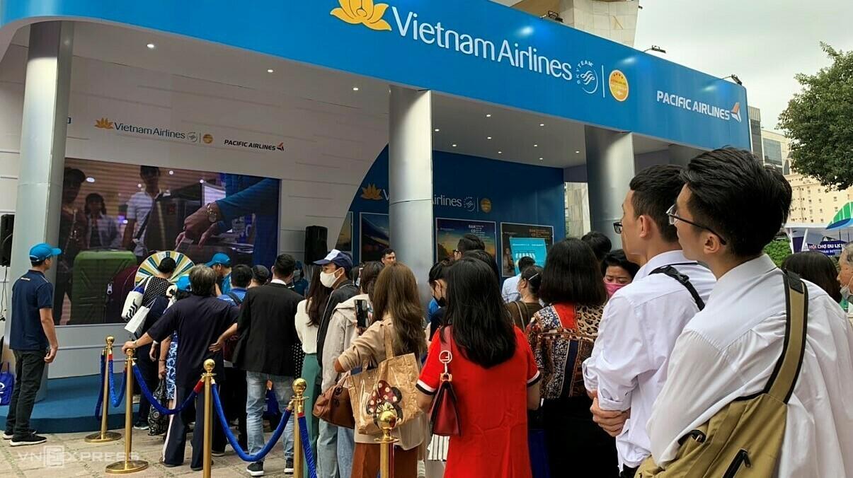 Nổi bật nhất phải kể tới sản phẩm của Vietnam Airline như 200.000 vé máy bay giá 99.000 đồng, trải nghiệm làm tiếp viên hàng không, ẩm thực trên các chuyến bay, game show... Ảnh: Ngọc Diệp
