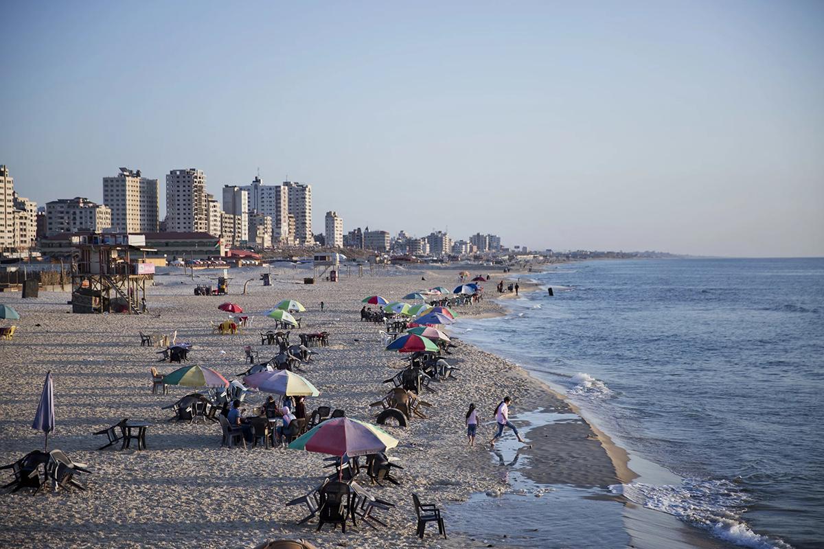 Dải Gaza là một khu vực lãnh thổ rộng 363 km2, nằm dọc theo biển Địa Trung Hải và ở phía đông bắc bán đảo Sinai. Trong lịch sử, Gaza từng là một ngã tư kết nối Ả Rập với châu Âu. Ngày nay, dải đất hẹp này là một trong những địa điểm bị cô lập nhất trên Trái đất, mặc dù có những bãi biển đẹp và các di tích lịch sử lâu đời. Ảnh: Khalil Hamra/AP