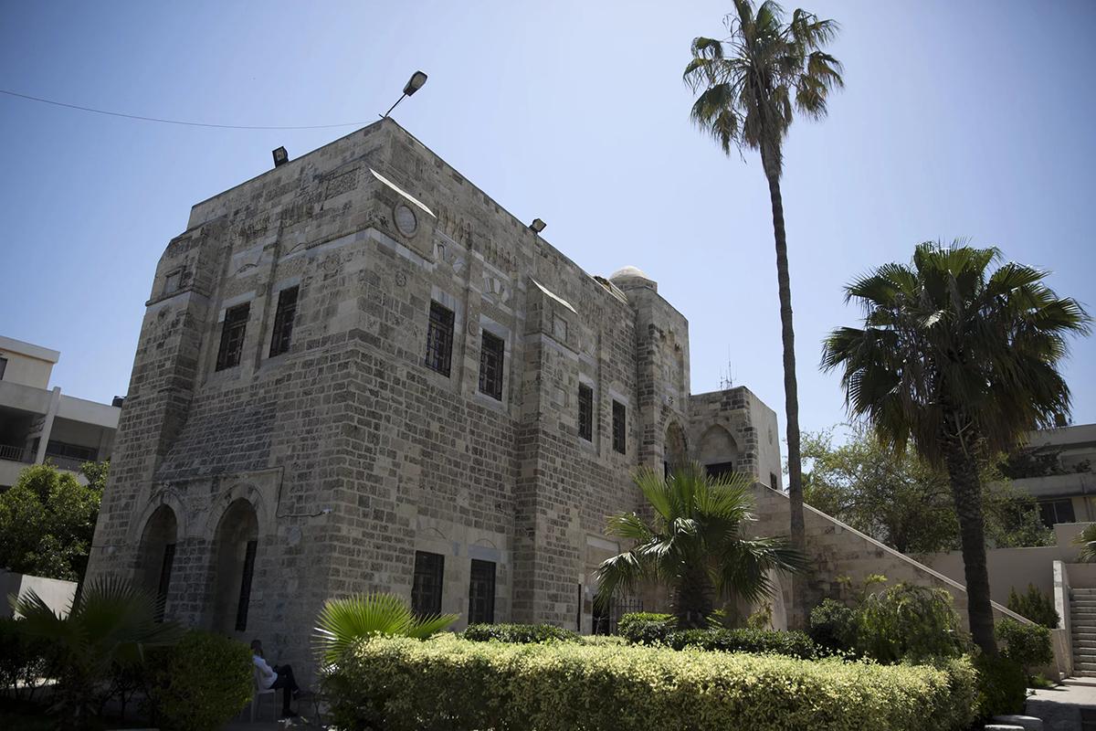 Cung điện PashaCác chứng tích lịch sử gợi nhớ về vinh quang trước đây của Gaza hiện đang được trưng bày bên trong cung điện. Nơi đây được xây dựng bởi một vị  sultan Mamluk vào thế kỷ 13 và được hoàn thành vào thời Ottoman. Tương truyền, Napoleon đã ở đây một vài đêm. Trong số các cổ vật được trưng bày có 2 chiếc bình gốm dài, niên đại khoảng thế kỷ 3 đến 7. Chúng được chở trên những con thuyền từ Gaza qua Địa Trung Hải, chứa dầu ô liu và rượu vang. Điều này đưa ra giả thuyết cách đây 1000 năm, khu vực này hoà bình và có một nền kinh tế tốt. Ảnh: Khalil Hamra/AP