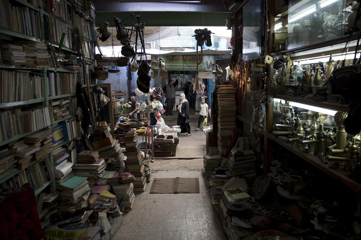 Cửa hàng Đồ cổNằm trong chợ Zawiyeh của thành phố Gaza là một cửa hàng đồ cổ, bán những hiện vật vào thời gian Gaza còn mở cửa với thế giới. Cửa hàng đã tồn tại hơn 30 năm, bán những kho báu bụi bặm, từ sách tiếng Anh, bản đồ cũ của Palestine đến những đồng xu cổ và mặt dây chuyền hamsa nhỏ bằng đồng. Ảnh: Khalil Hamra/AP