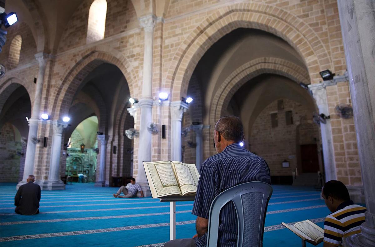 Lăng mộ, nhà thờDọc khu phố cổ của thành phố Gaza là các công trình tôn giáo có lịch sử phong phú. Một toà nhà nhỏ được cho là lăng mộ của Thánh Samson trong Kinh thánh, một ngôi mộ mái vòm được cho là nơi an nghỉ của ông cố Nhà tiên tri Muhammad, Hashim ibn Abd Manaf. Nhà thờ Hồi giáo Omari trải thảm xanh, là nhà thờ lâu đời nhất tại Gaza hiện vẫn đang được sử dụng. Ảnh: Khalil Hamra/AP