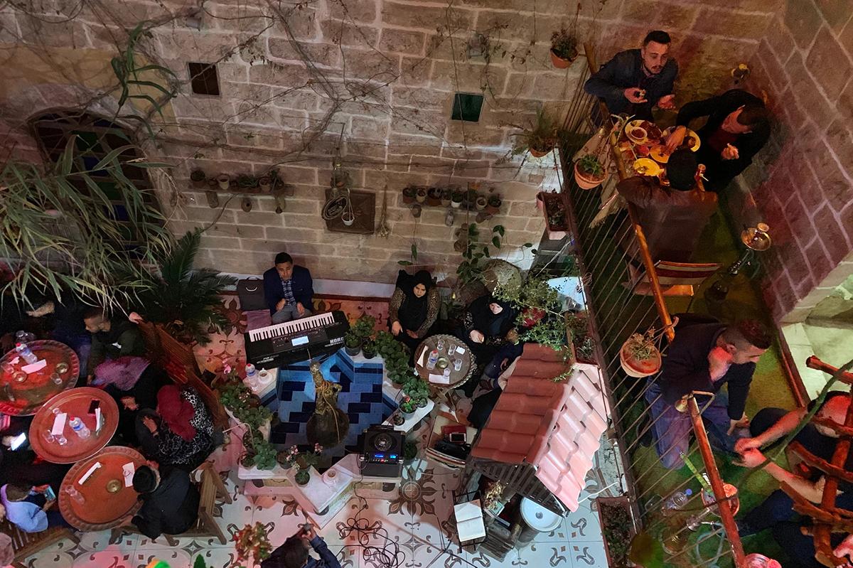 Quán cà phê Beit SittiTrong tiếng Ả Rập, Beit Sitti nghĩa là nhà của bà tôi. Quán cà phê khai trương năm 2017 từ nền một dinh thự cũ, bởi nhà viết kịch và vẽ tranh biếm hoạ Gaza Atef Salama. Nó nằm trong một con hẻm hẹp ở khu phố cổ của thành phố Gaza, có sân trong thoáng mát với lồng chim và cây leo. Tại đây, khách có thể thưởng thức bữa sáng truyền thống của người Palestine gồm mứt và bánh mì dẹt nhỏ, phủ phô mai và gia vị zaatar. Ảnh: Daniel Estrin/NPR