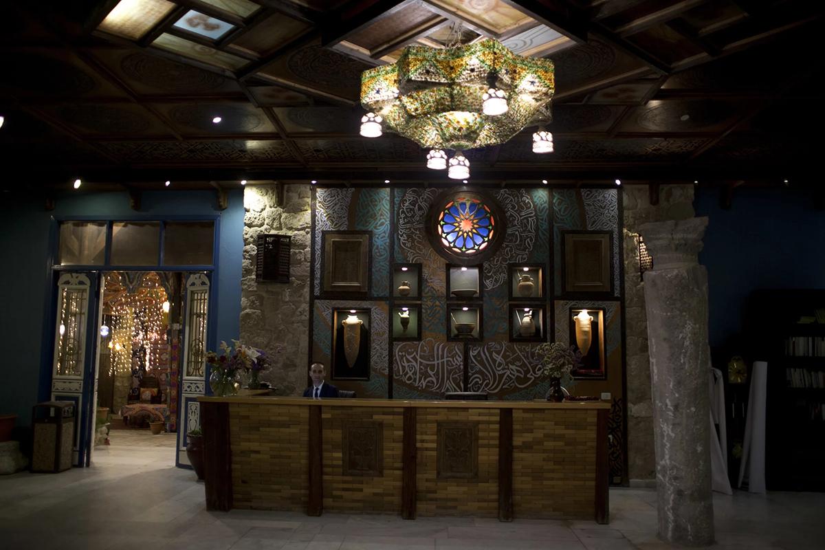 Khách sạn Al-MathafTrong tiếng Ả Rập, Al-Mathaf có nghĩa là bảo tàng. Khách sạn với 34 phòng nhìn ra biển có một bộ sưu tập cổ vật được trưng bày tại tiền sảnh. Tầng trệt là sự kết hợp của các thiết kế kiến trúc Gaza từ gạch màu và đá màu be, thu nhập từ những ngôi nhà Gaza cũ. Phòng nghỉ ở đây có giá từ 100 USD/đêm, được thiết kế theo kiểu Ả Rập hiện đại kết hợp với đồ nội thất truyền thống. Ảnh: Khalil Hamra/AP