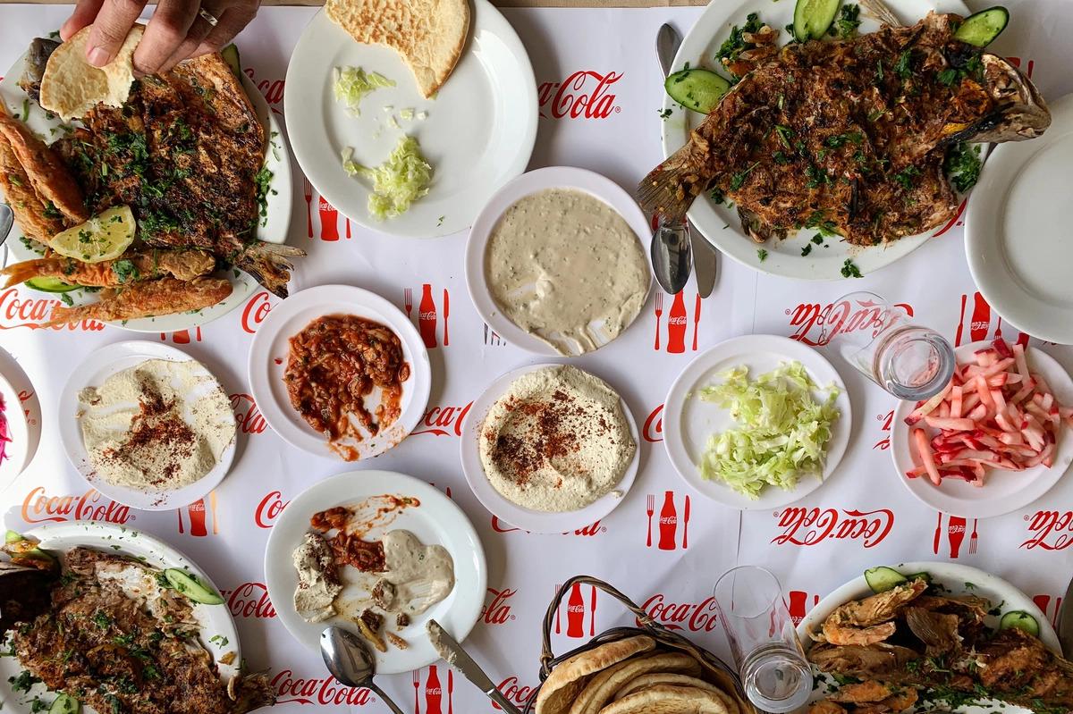 Nhà hàng cá Alsalam Abu HaseiraTại đây, khách có thể thưởng thức món cá nướng được uớp với ớt cay, mùi tây, hành tây, chanh và cà chua. Ngoài ra, nhà hàng còn phục vụ tôm nồi đất zibdiyeh - một món ăn truyền thống của người Gaza, hầm với sốt cà chua cay trong nồi đất sét. Đặc sản nhà hàng còn có Dagga Ghazawiyeh, hay còn được biết đến là salad Gaza, là một món trộn nóng hổi gồm cà chua, dưa chuột, thì là và ớt nghiền với dầu ô liu. Ảnh: Daniel Estrin/NPR