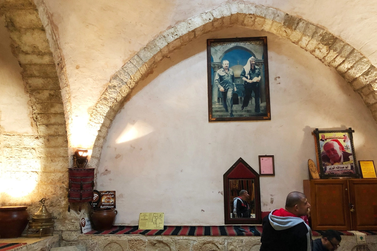 Nhà tắm SamaritanĐây là nhà tắm Thổ Nhĩ Kỳ duy nhất còn hoạt động ở Gaza, được phục hồi bởi thống đốc Mamluk vào năm 1320, ban đầu được điều hành bởi các tín đồ của tôn giáo Samaritan cổ đại. Hiện nay, nhà tắm mở cửa với những giờ riêng cho nam và nữ. Đến đây, khách có thể giội nước nóng hoặc lạnh, thư giãn trên phiến đá cẩm thạch trong phòng trung tâm của nhà tắm và tẩy da chết bằng dầu ô liu. Ảnh: Daniel Estrin/NPR
