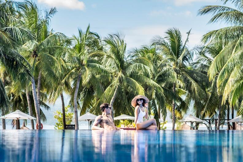 Vinpearl Luxury Nha Trangg bên bờ biển thanh bình.