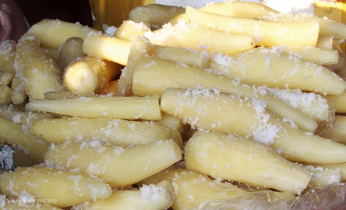 Khoai mì hấp nước cốt dừa là món dân dã, khoai được nấu chín trong nước cốt dừa pha muối đường nên vị không bị nhạt, người nấu thêm lá dứa để tạo thêm hương thơm cho món ăn. Khoai khi nấu chín vẫn còn giữ được độ nóng, nhiều bột và có vị béo nhẹ của nước cốt, thêm độ mặn ngọt hài hòa của gia vị. Khi ăn, người bán cho thêm dừa nạo nhuyễn phủ lên trên và muối mè. Giá bán được tính theo 30.000 đồng/kg, người mua bao nhiêu sẽ cân bấy nhiêu.
