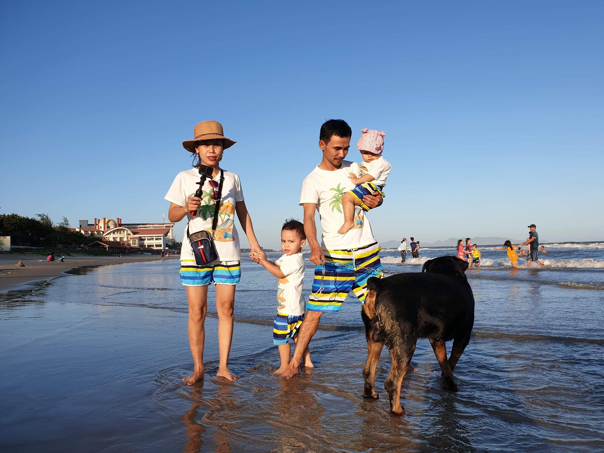 Chuyến đi biển Long Hải, Vũng Tàu năm 2020. Anh Tuấn và chị Thuý nhận thấy sau một năm, hai bé đều đen đi nhưng đổi lại rất cứng cáp, khỏe mạnh. Ảnh: NVCC.