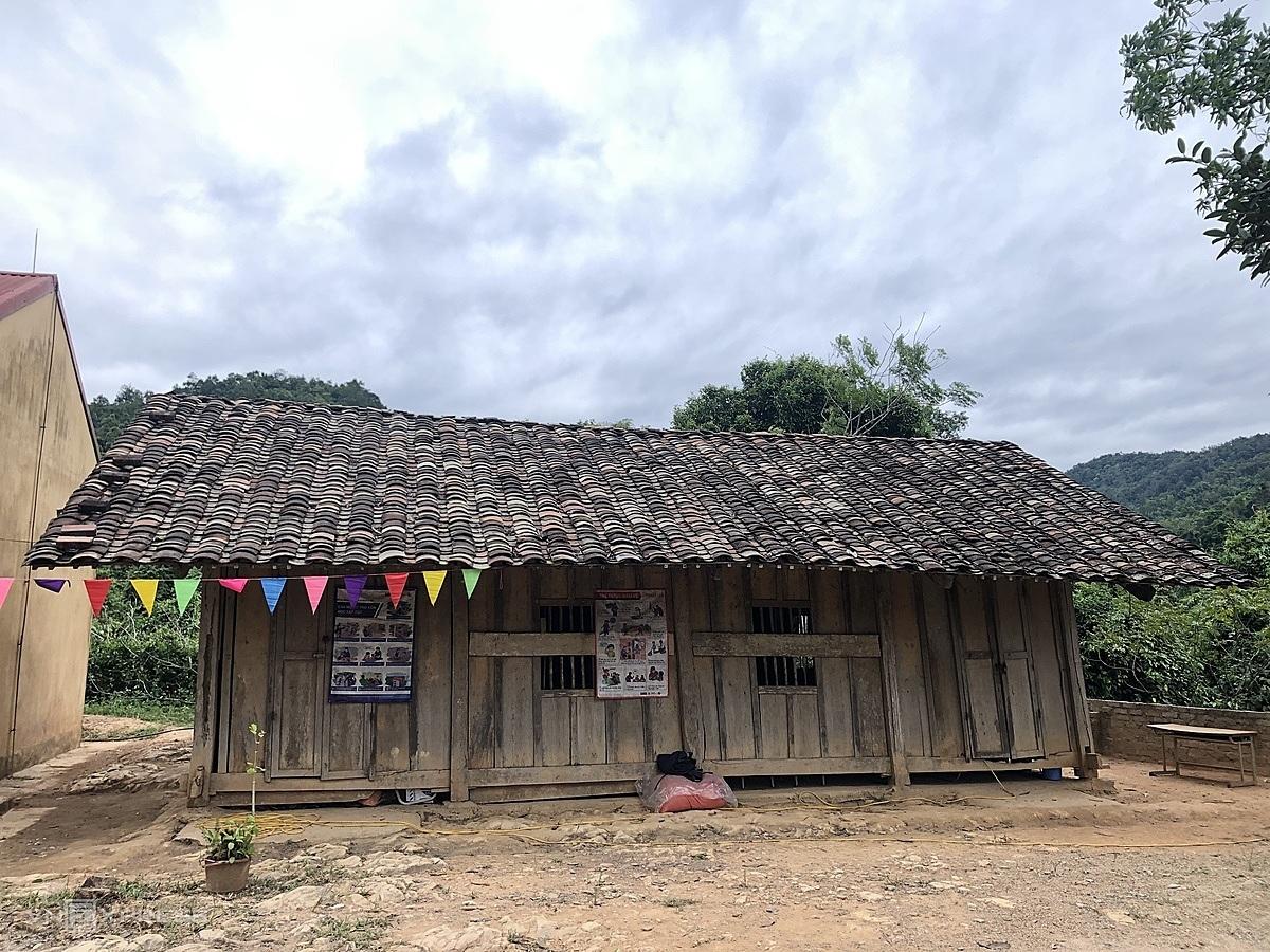 Phòng học tạm dành cho khối ít học sinh nhất, xây dựng cùng thời với nhà hiệu bộ, cách nay gần 30 năm. Ảnh: Anh Tuấn