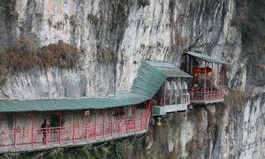 Nhà hàng treo trên vách núi