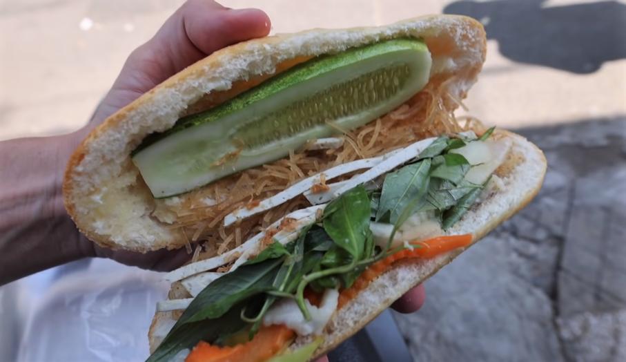Bên trong ổ bánh mì chay food vlogger ẩm thực thưởng thức. Ảnh: YouTube