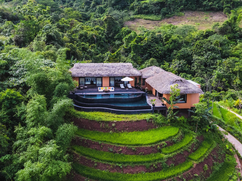 Avana Retreat nằm trong xóm Pạnh (Mai Châu, Hòa Bình) với tổng diện tích 15 ha. Bao quanh khu nghỉ dưỡng là những rừng mận, ruộng bậc thang và thác nước.